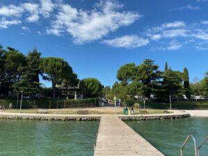 camping bella italia gezien vanaf de pier in het gardameer